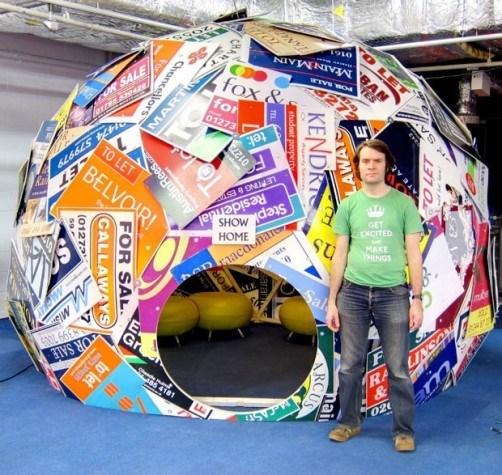 英国一名设计师利用废弃广告牌搭帐篷