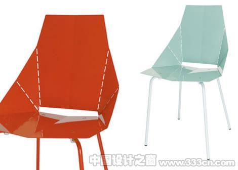 折纸椅    这种椅子用钢板做为材料,大家看到的上面的虚线其实都是用激光切割出来的,很有折纸的的味道。只是有点小小的担心:被折过一次的连接处会不会就不那么结实了呢?设计师:John Christakos、