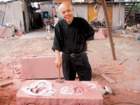 黑马大叔在雕刻工场。黑马大叔解读广亚会首座雕塑奥妙