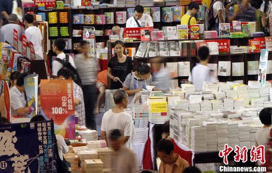 """第十届上海书展开幕 读者冒暑品味""""书香盛宴"""""""