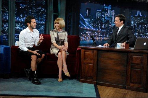 Marc Jacobs(左)和女魔头Anna Wintour(中)作客美国著名脱口秀节目