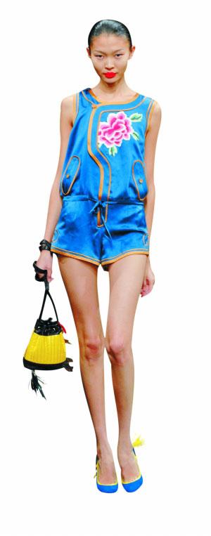 中式服装加上运动式滚边,谢锋的设计是时装运动化的完美诠释。
