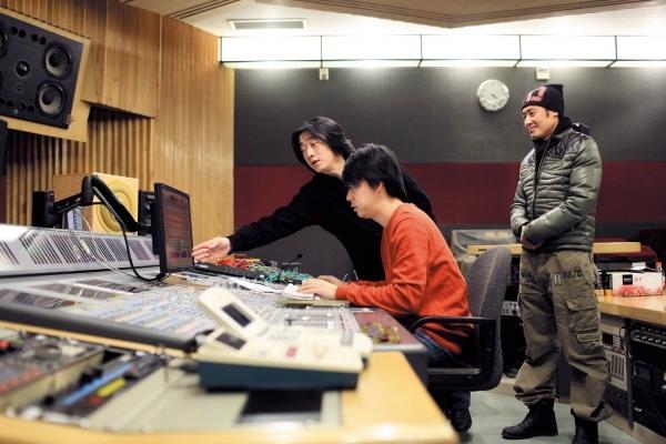 1月12日,春晚音乐总监洪兵(左一)和吴秀波(右一)准备试音