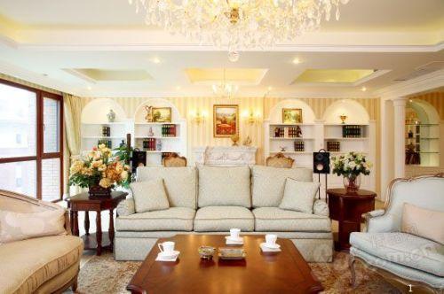素雅的布克沙发,搭配华丽的水晶吊灯,表达了屋主人对奢华与质朴的奇妙平衡。