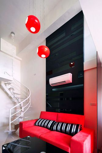 沙發背景墻是黑色玻璃搭配黑色烤漆做線條的律動處理