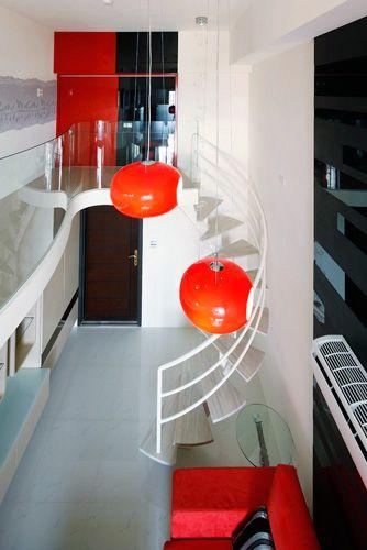 樓梯為了營造清雅的張力以鐵件作白色烤漆處理