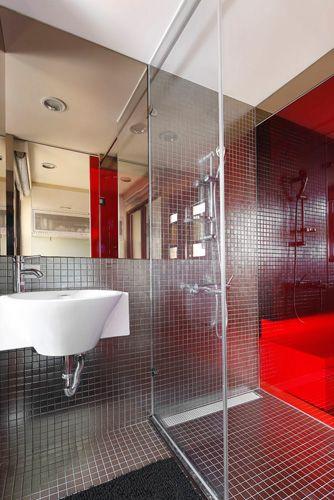 由玻璃做區分金屬馬賽克磚使衛浴充滿潮流性及時尚感